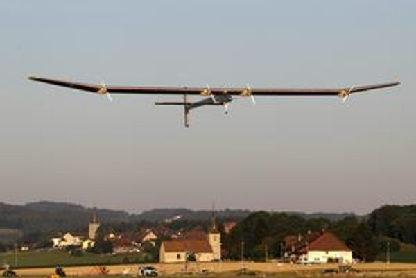 Lietadlo na solárny pohon s pilotom Andrém Borschbergom včera cez deň lietalo. Otázkou bolo či vydrží aj v noci.