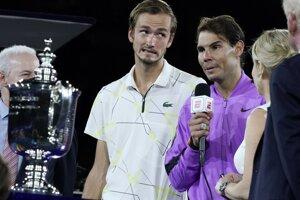 Rafael Nadal (vpravo) a Daniil Medvedev.