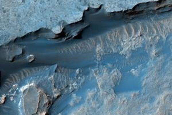 Jeden z najnovších záberov kamery HiRISE  prináša ďalšiu obdivuhodnú scenériu z Marsu, tentoraz z krátera Gale.