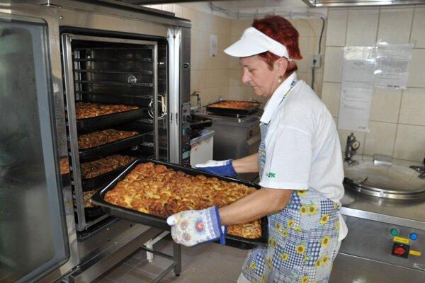 V školských jedálňach sa snažia variť zdravé jedlá.