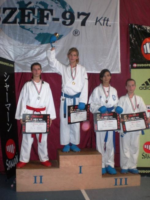 ema_brazdova_karate_stupen_vitazov.jpg