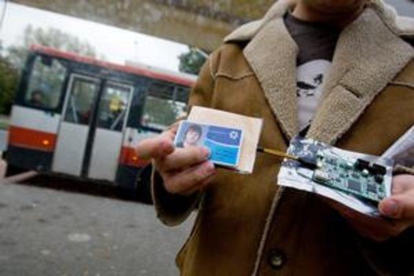 Jednoduchá čítačka zistí meno aj výšku kreditu. Majiteľ karty ani netuší, že sa čierny pasažier zameral na neho. Vpravo na snímke je prístroj, ktorý umožňuje aktívne odpočúvanie komunikácie.