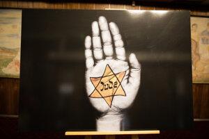 Plagát od Tamary Lesnej v Mestskom divadle P. O. Hviezdoslava počas 10. ročníka Čítania mien obetí holokaustu .