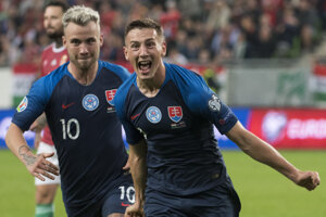 Róbert Boženík (vpravo) a Albert Rusnák oslavujú gól v zápase kvalifikácie EURO 2020 Maďarsko – Slovensko.