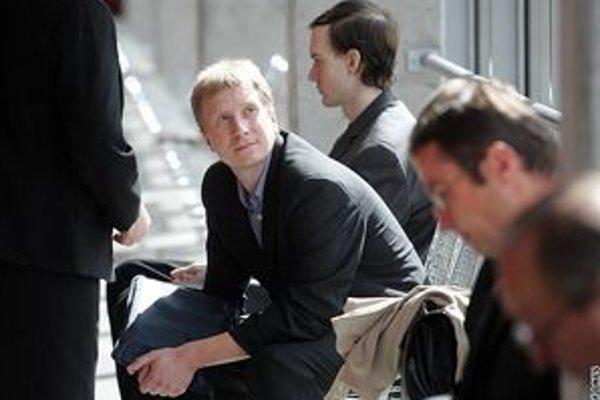 Jan Svoboda, Jiří Horký a Zdeněk Kašpar čekajú na pojednávanie pražského súdu, kde čelia obvineniu z internetového pirátstva.