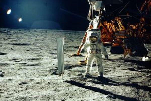 Aldrin zachytáva slnečný vietor.
