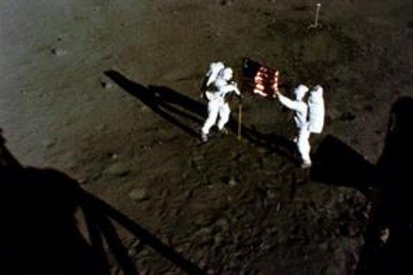 Dvojica Armstrong a Aldrin pripevňuje na Mesiaci americkú vlajku. Konšpirátori tvrdia, že sa to odohralo v Hollywoode.