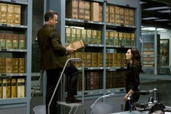Tom Hanks zachraňuje s nasadením života Vatikán pred nebezpečenstvom, ktoré mu nehrozí.