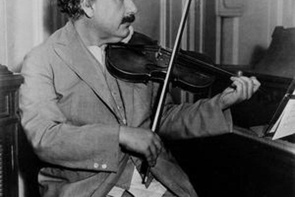 Nemecký fyzik Albert Einstein bol nielen geniálnym vedcom a neúprosným glosátorom spoločenského diania, no aj hudobne nadaným človekom, ktorý si zahral s potešením na husliach.