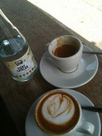 jedno espresso, jedno cappucino, slaná.
