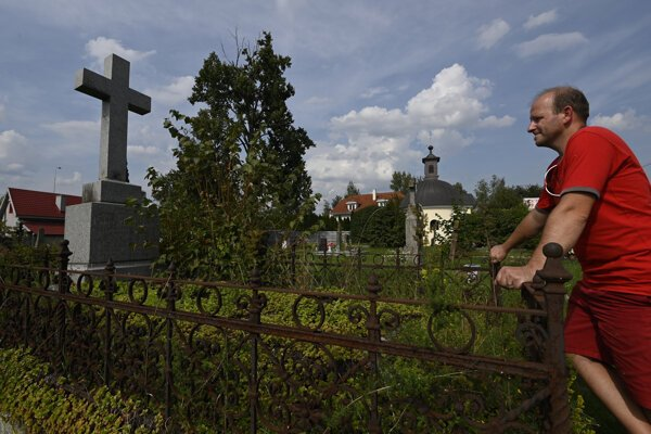 Erik Kližan stojí pri hrobe z roku 1903 a pochovaná je pod ním barónka Ilona Rakovská, rodená Majthényiová.