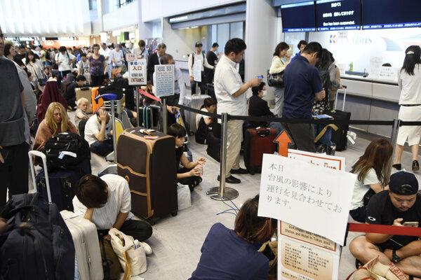 Cestujúci na tokijskom letisku Narita.