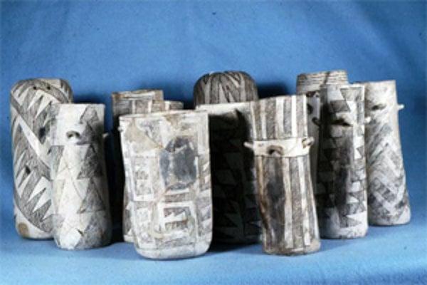 Dvanásť valcovitých nádob z Pueblo Bonito. Nádoba vľavo od stredu je vysoká 21,5-centimetra.