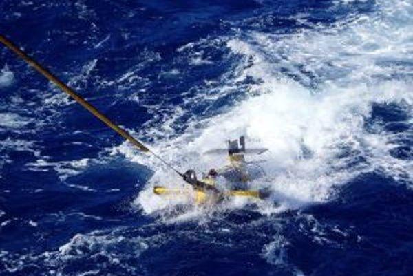 Aparatúrou SeaSoar, vlečenou za loďou RRS Discovery, vedci sledovali tok uhlíka ku dnu až do hĺbky 300 metrov.