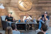 V diskusii so Zuzanou Kovačič Hanzelovou debatujú grilmajster a budúci mäsiar Roman Kóňa (vľavo) a food bloger Čoje Daniel Feranec.