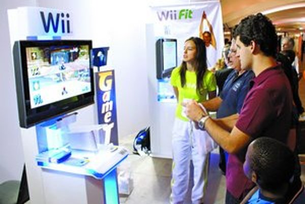 Svet tento rok uchvátila aj konzola Wii, ktorá umožňuje hrať hry pohybom ruky alebo celého tela.