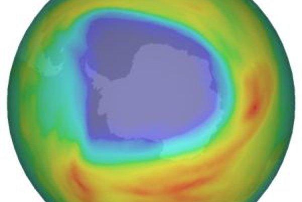 Ozónová diera nad Antarktídou, ako ju 7. októbra 2008 zaznamenal detektor satelitu Envisat. Čím tmavší odtieň modrej farby, tým viac na predmetnej ploche ubudlo ozónu.