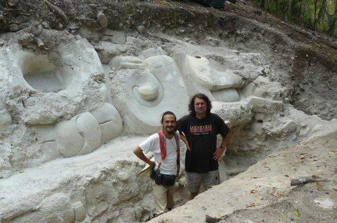 Vedúci tímu archeológov SAHI v Guatemale Milan Kováč (vpravo)