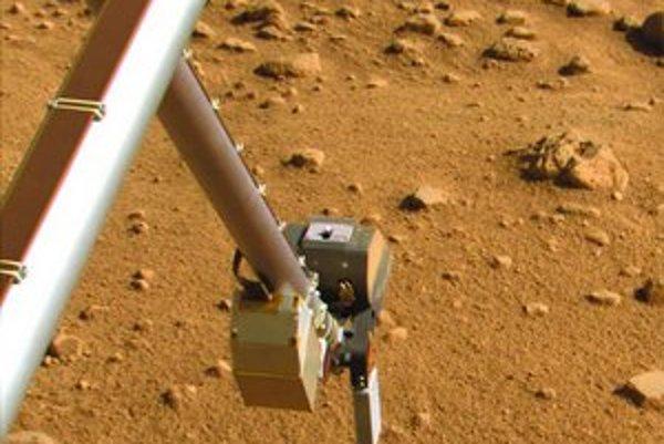 Unikátny záber z Marsu: sonda Phoenix odfotila samu seba, ako naberá pôdu.