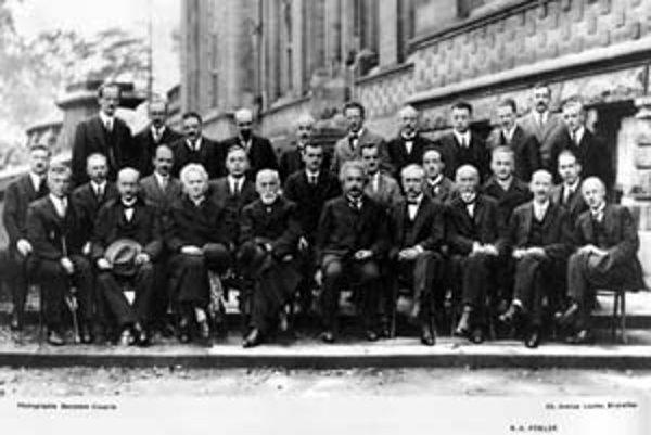 Na bruselskej konferencii v roku 1927 sa stretla vtedajšia fyzikálna elita. Einstein je v prvom rade uprostred. Dirac vľavo nad ním.