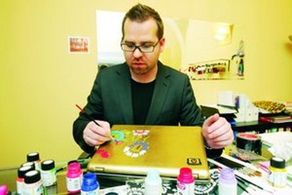 Módny návrhár Fero Mikloško zdobí jeden z notebookov, ktoré budú vydražené na charitatívnej aukcii koncom mája.