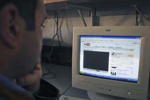 Pakistanský surfer si prezerá stránku YouTube.com. Jeho vláda minulý týždeň omylom zariadila, že server pre svet na chvíľu prestal celkom existovať.