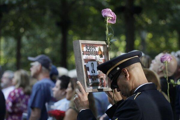 Príbuzní obetí a poprední predstavitelia spoločenského života sa zhromaždili pri pamätníku neďaleko mrakodrapu One World Trade Center.