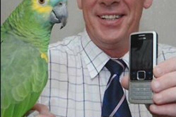 Stuart McNae a jeho papagáj Billy.