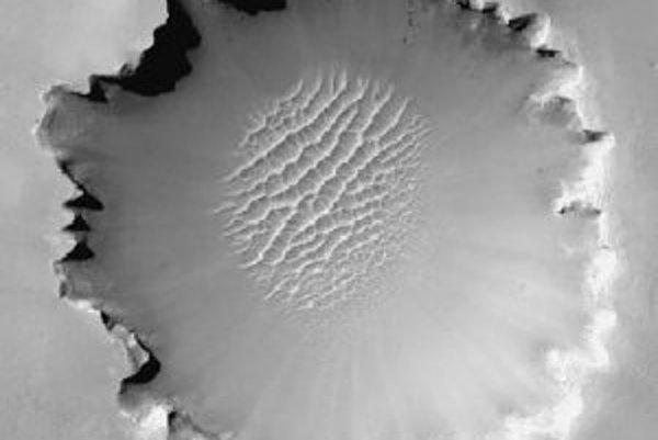 Kráter Victoria, ako ho videla kamera s vysokým rozlíšením na palube sondy NASA Mars Reconnaisance Orbiter z obežnej dráhy.