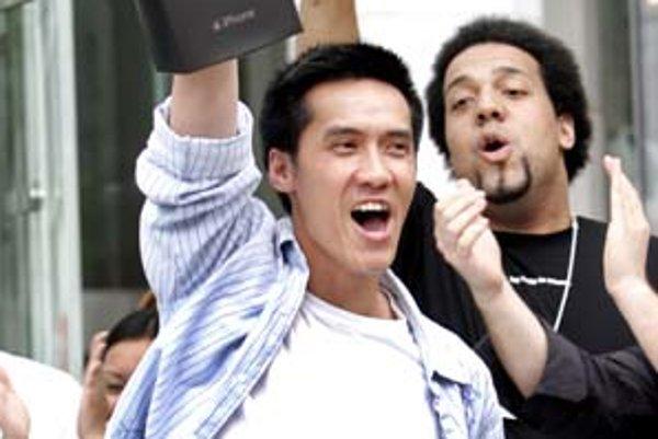 Zákazníci boli ochotní čakať v dlhých radoch niekoľko hodín, aby dostali nový telefón od Apple.