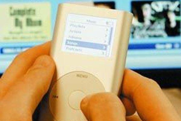 Pesničky z najpopulárnejšieho obchodu s hudbou bolo doteraz možné prehrávať len na prehrávačoch od Apple. Časť z reštrikcií sa teraz uvoľní.