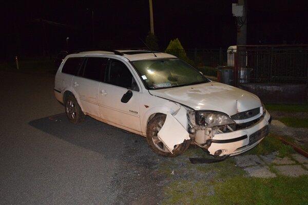 Vodič zničil auto, bránu aj dopravnú značku.