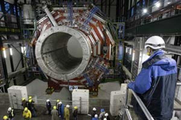 Tento magnet je jednou z hlavných častí LHC. Hmotnosťou 1920 ton sa vyrovná piatim veľkým prúdovým lietadlám.