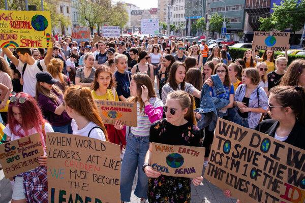 Protestujúci počas štrajku žiakov aj študentov za budúcnosť klímy.
