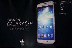 Prezident mobilných komunikácií juhokórejskej spoločnosti Samasung JK Shin vysvetľuje, aké inovécie prinesie smartfón Galaxy S4.