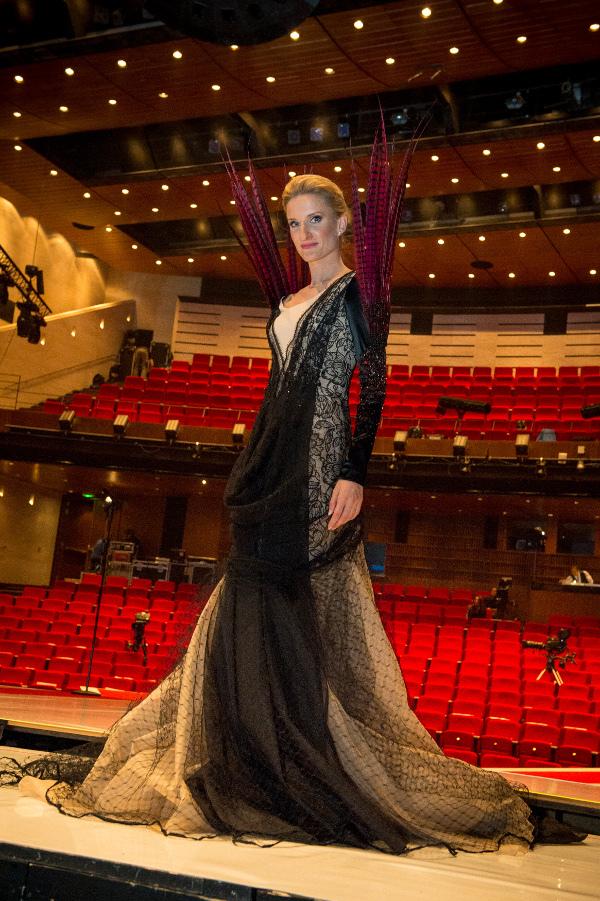 Adela Banášová v šatách Borisa Hanečku.