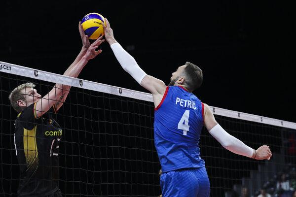 Nemanja Petrič (vpravo) a Simon Hirsch v zápase B-skupiny na ME vo volejbale mužov 2019.