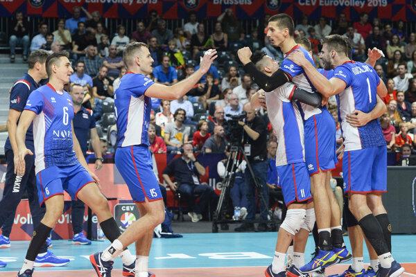 Radosť slovenských volejbalistov z víťazstva 3:2 na sety v zápase B-skupiny na ME vo volejbale mužov Slovensko - Španielsko.