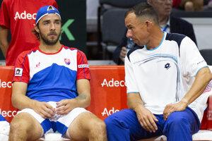Andrej Martin a nehrajúci kapitán Dominik Hrbatý počas prestávky v druhej dvojhre zápasu 1. skupiny euro-africkej zóny Davisovho pohára tenisových družstiev Slovensko - Švajčiarsko.
