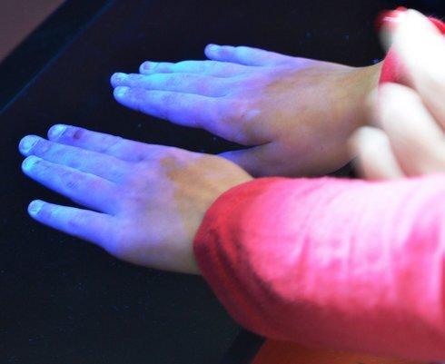 foto-3---kontrola-umytia-pod-uv-lampou_r8193_res.jpg