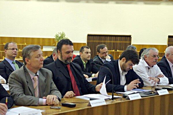 Poslanci návrh schválili. Iný právny názor mal ich kolega Roman Jaroš.