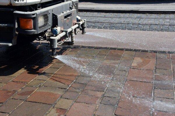 Počas horúčav niektoré obce a mestá polievali ulice vodou.