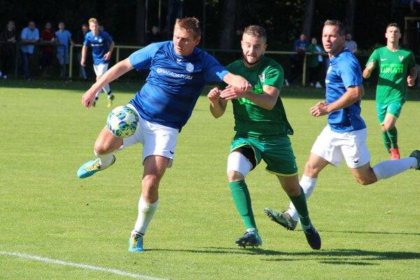 Dlhá (v zelenom) sa ako nováčik dočkala prvého víťazstva v siedmom zápase proti Nižnej (v modrom).