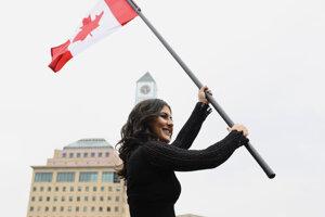 Kanadská tenistka Bianca Andreescuová máva s kanadskou vlajkou počas uvítacieho zhromaždenia v Mississauge.