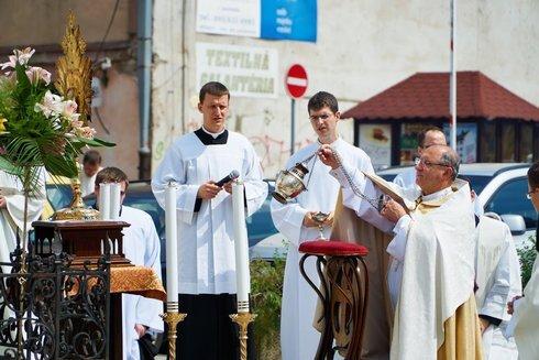 4.-arcibiskup-incenzuje-oltarnu-sviatost_r721_res.jpg