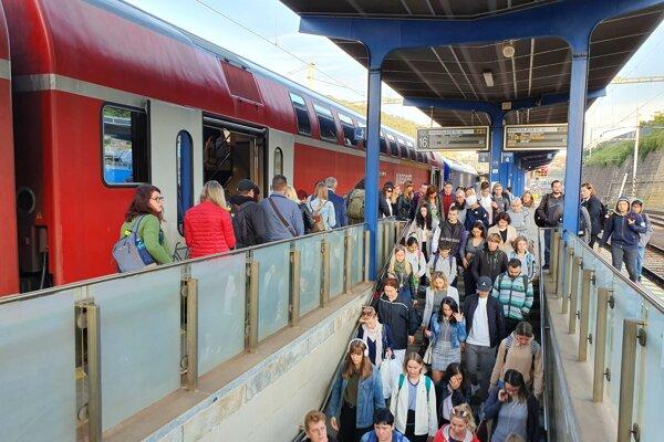 Do Bratislavy v pondelok ráno prišiel poschodový vlak RegioJetu.