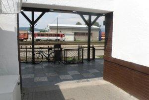 Po obnove: Opravená a čistá omietka na budove železničnej stanice.