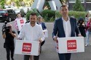 Tomáš Drucker (vpravo) a členovia jeho tímu prinášajú na ministerstvo vnútra podpisy od občanov so žiadosťou o registráciu politickej strany Dobrá voľba.