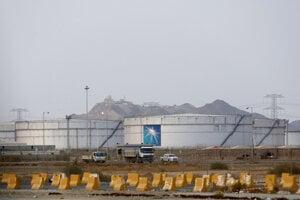 Sklady ropy v areáli Saudi Aramco.