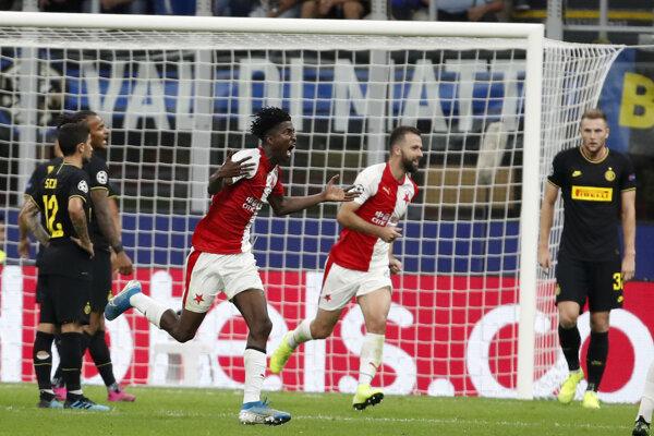 Peter Olayinka oslavuje gól v zápase skupiny F Ligy majstrov 2019/2020 Inter Miláno - Slavia Praha.